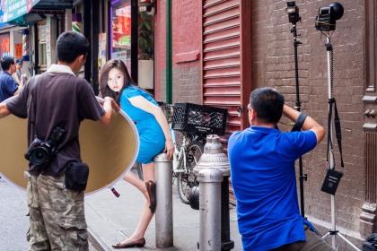 Modelo asiática en sesión de fotos en Chinatown, New York. © mateoht 1990-2013 - http://lafotodeldia.net