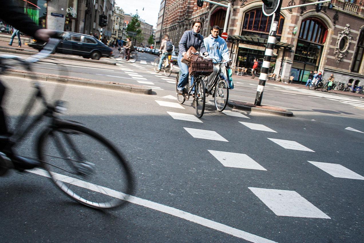 Las bicicletas circulan con fluidez por las calles de Amsterdam, Holanda