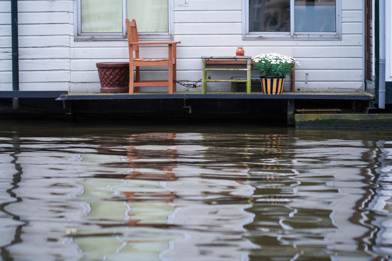 Porche de una casa acuática, en uno de los canales principales de Amsterdam. El ambiente transmite tranquilidad