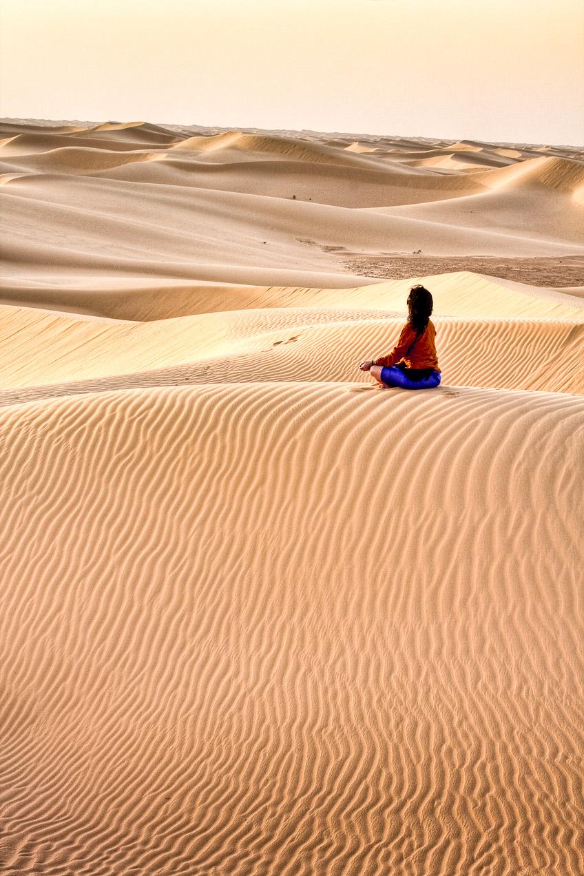 En las dunas de El Golea, en el Sahara argelino, Esther medita