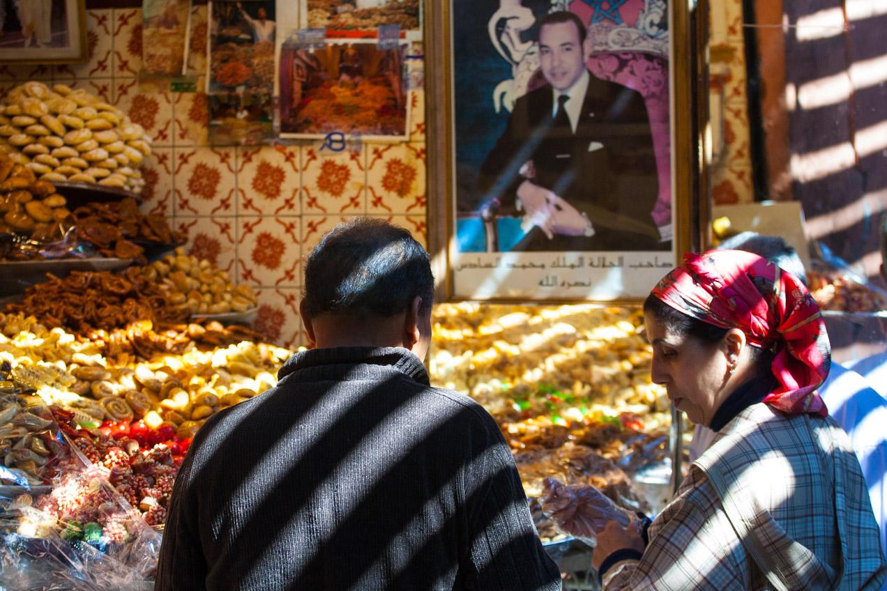 El rey de Marruecos vigila expectante desde su retrato en un mercado de Marrakech, Marruecos