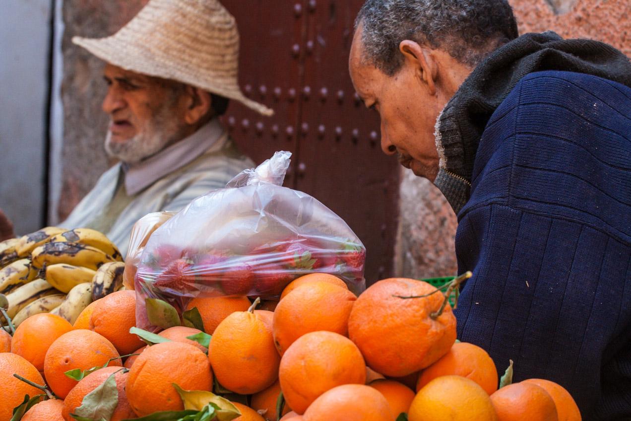 Naranjas en un puesto de mercado callejero por la mañana, en Marrakech, Marruecos