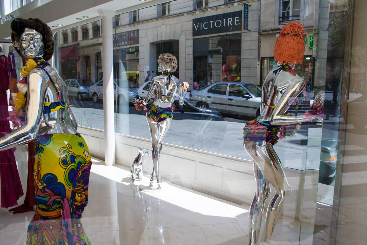 Maniquíes en una boutique de Paris, France. El reflejo de la luz en la superficie plateada funciona muy bien visualmente