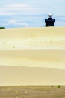 En la calima de Agosto, el faro se diluye entre las dunas. Extensa playa en la desembocadura del Ródano, Arles, Francia. © mateoht 1990-2013 - http://lafotodeldia.net