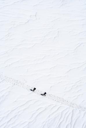 Dos alpinistas inician la subida al Montblanc desde la Aiguille du Midi, en Chamonix, France. © mateoht 1990-2013 - http://lafotodeldia.net