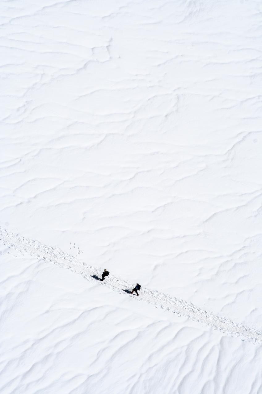 Dos alpinistas inician la subida al Montblanc desde la Aiguille du Midi, en Chamonix, France