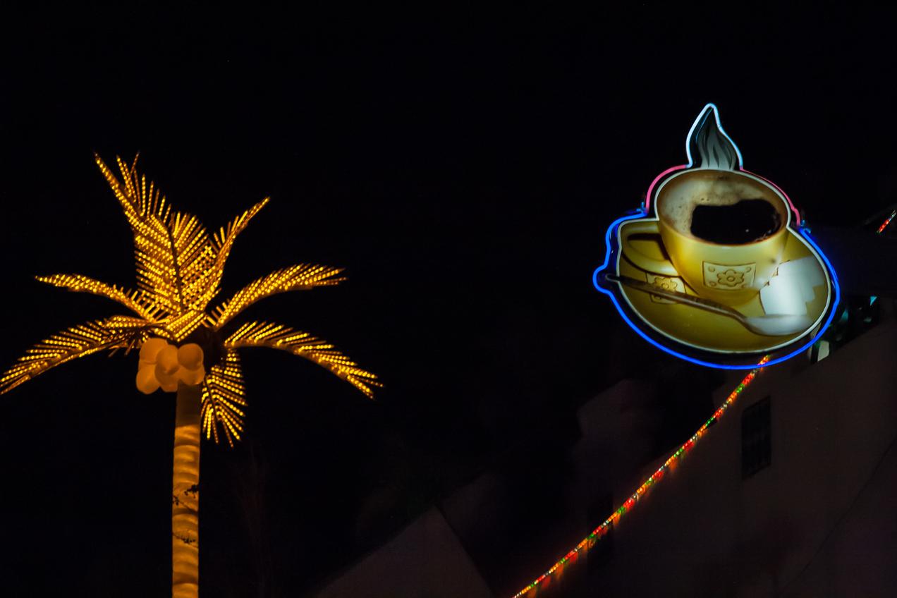 Neón muy visible en la noche de Marrakech. Es la toma original, sin ningún fotomontaje en Photoshop