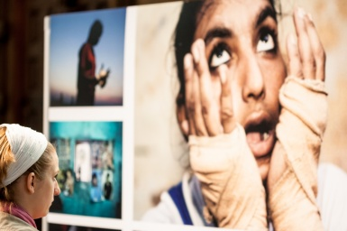 Miradas en la exposición World Press Photo en Amsterdam, 2005 . © mateoht 1990-2013 - http://lafotodeldia.net