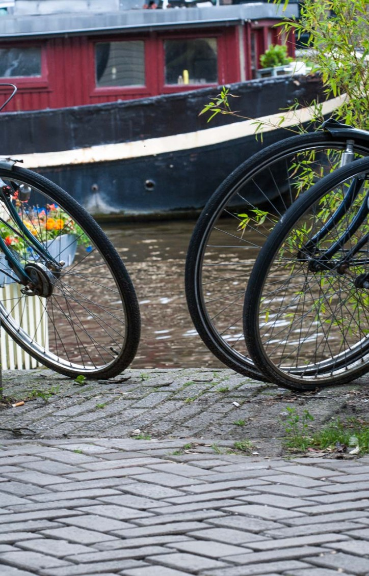 Biciletas al lado de un canal en Amsterdam, Holanda. © mateoht 1990-2013 - http://lafotodeldia.net