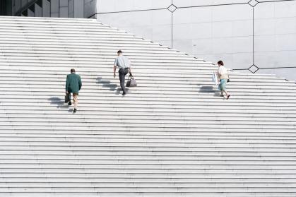 Personas subiendo peldaños en la Défense, París, Francia. © mateoht 1990-2013 - http://lafotodeldia.net