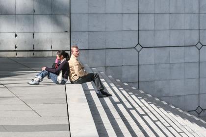 Personas sentadas en la calle en La Défense, París, Francia. © mateoht 1990-2013 - http://lafotodeldia.net