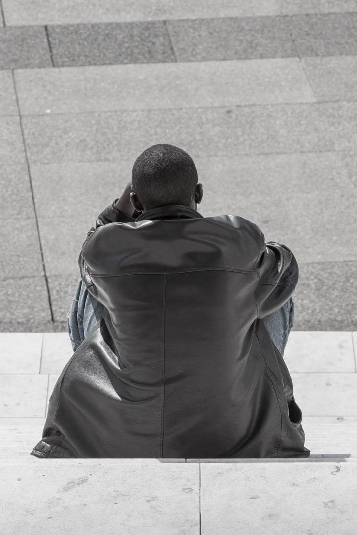 Sentado en la calle en París. © mateoht 1990-2013 - http://lafotodeldia.net
