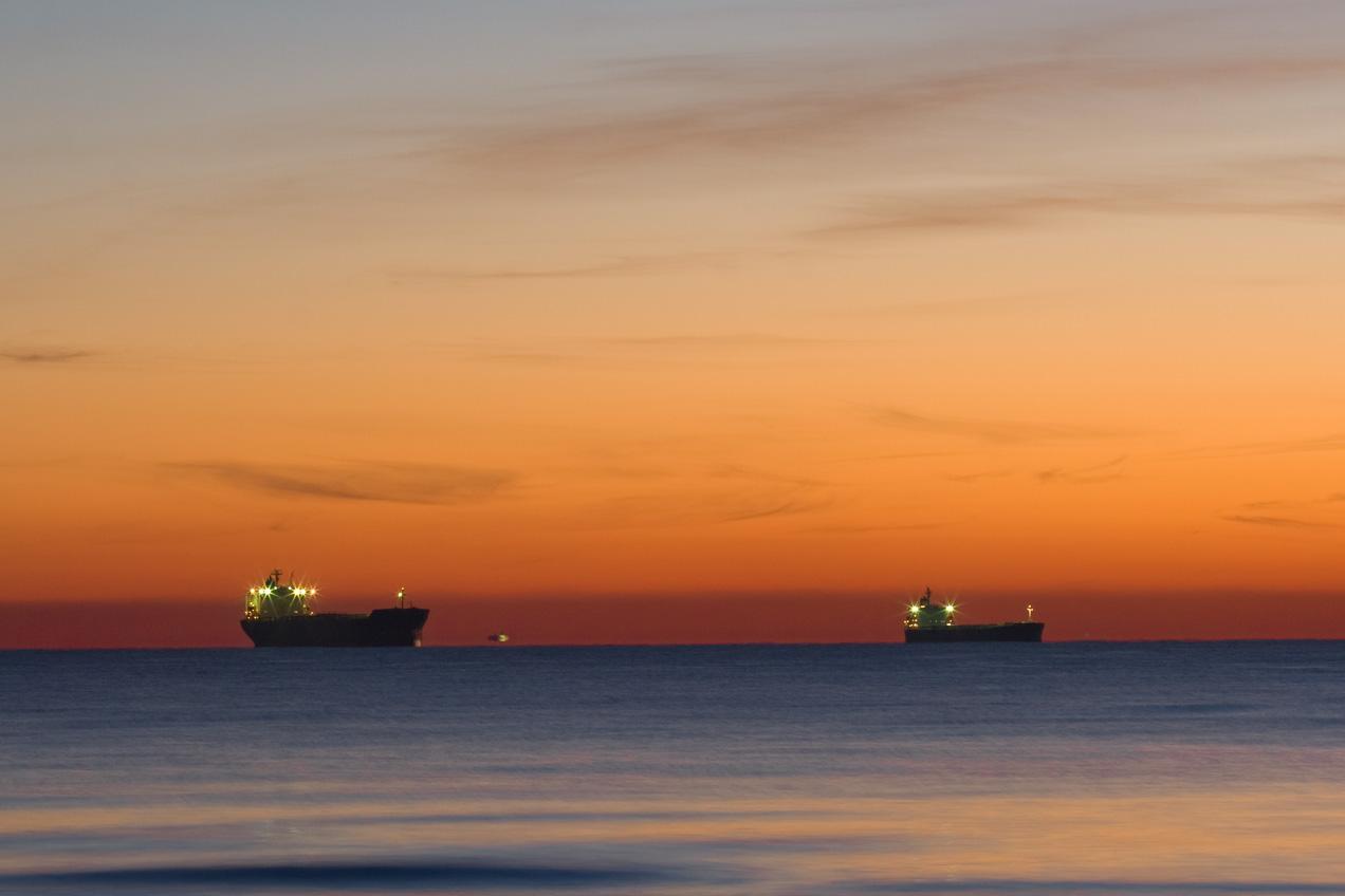 Barcos atracados en la entrada del puerto de Valencia. © mateoht 1990-2013 - http://lafotodeldia.net