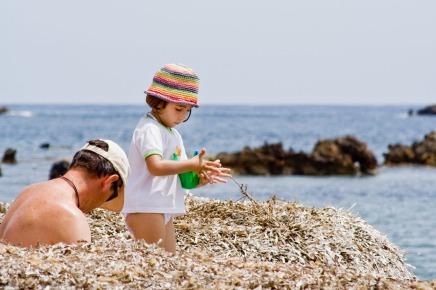Niño y padre en la playa de Tabarca, Alicante. © mateoht 1990-2013 - http://lafotodeldia.net