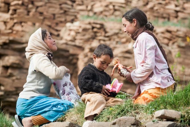 Niños recibiendo regalos en el Alto Atlas, Marruecos. © mateoht 1990-2013 - http://lafotodeldia.net
