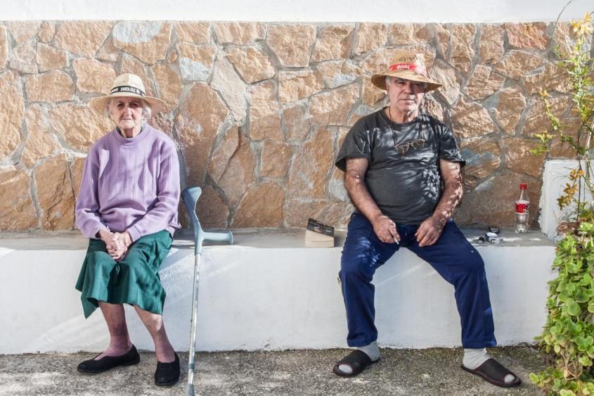 Sentados al sol en Guadalest. © mateoht 1990-2013 - http://lafotodeldia.net